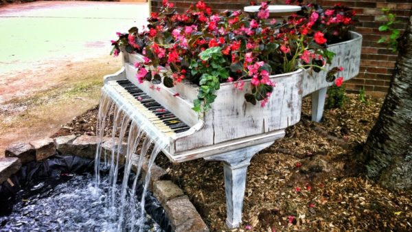 Клумба из рояля