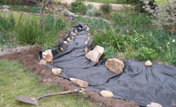 Покрытие дна будущего сухого ручья полимерной пленкой