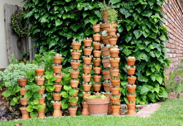 Глиняные горшки с цветами в саду