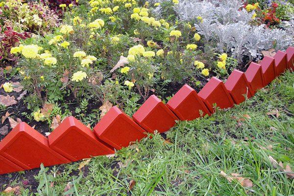 Кирпичный забор для цветника