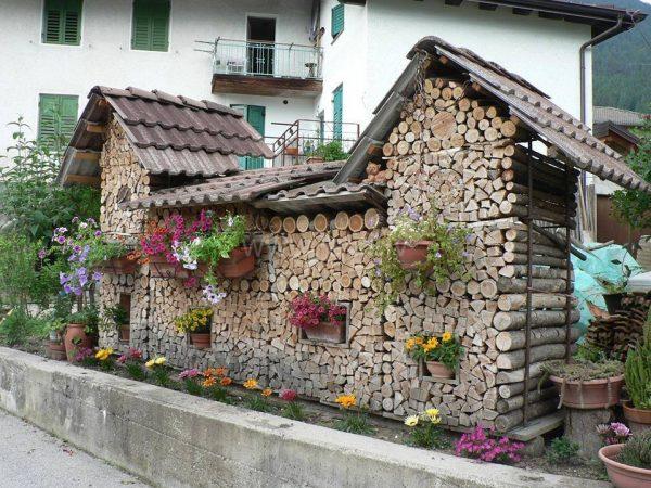 Креативная поленница с окнами и цветами