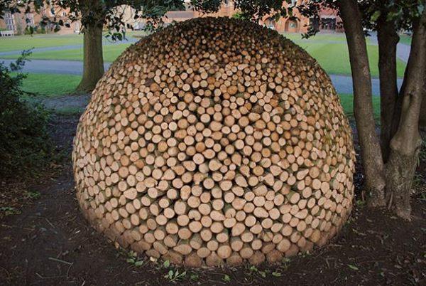 Креативная поленница в форме купола