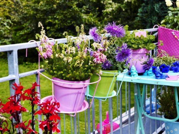 Оригинальные варианты цветочных контейнеров для балконов