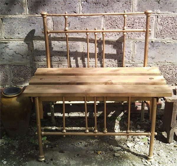 Скамейка из старой кровати