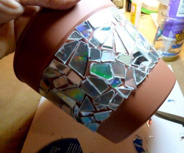Задекорировать ведро горшок лазерными дисками