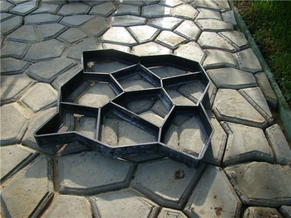 Создание дорожки с помощью фигурных форм