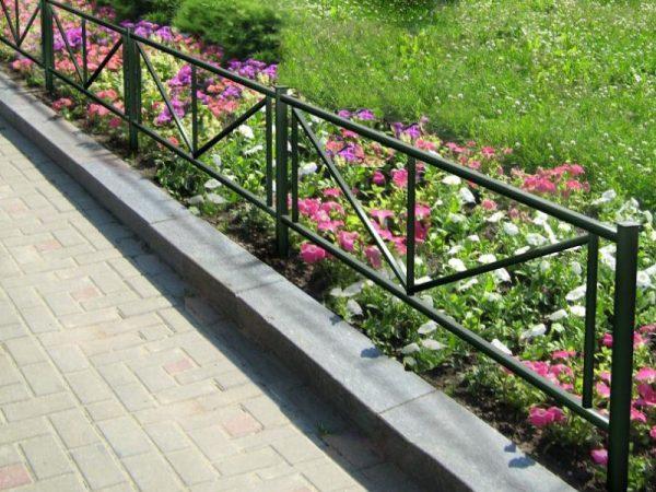Металлический забор для цветника