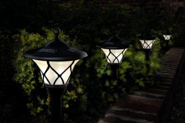 Садовые фонари на солнечной баратее