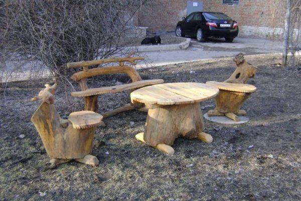Стол и стулья из пеньков