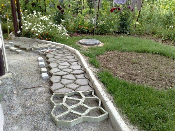 Делать садовую дорожку