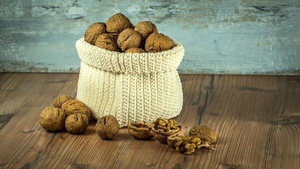 nuts-1213036_640